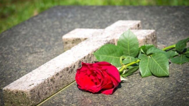 роза на могильной плите